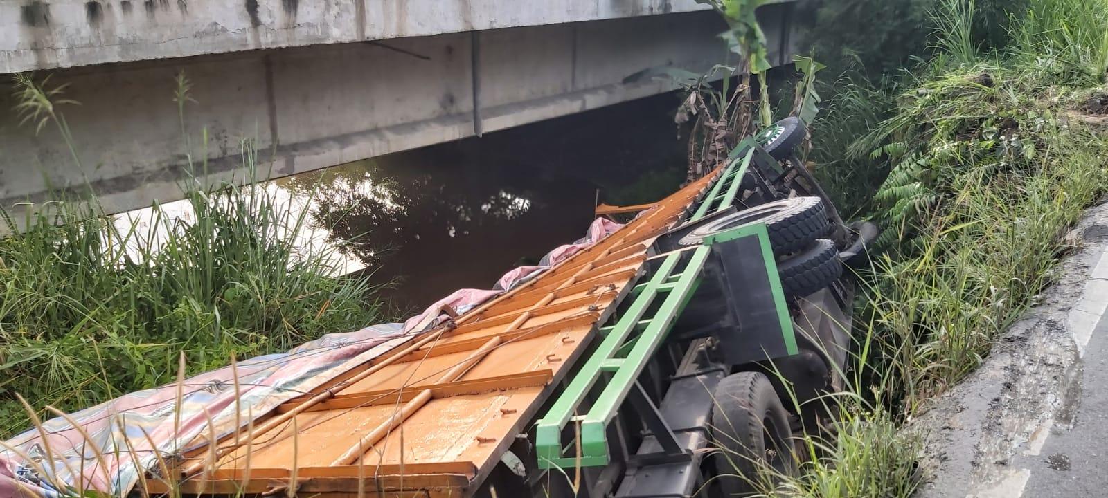 Kecelakaan Tunggal, Satu Unit Mobil Fuso Bermuatan Penuh Jatuh Ke Sungai Balai Raja