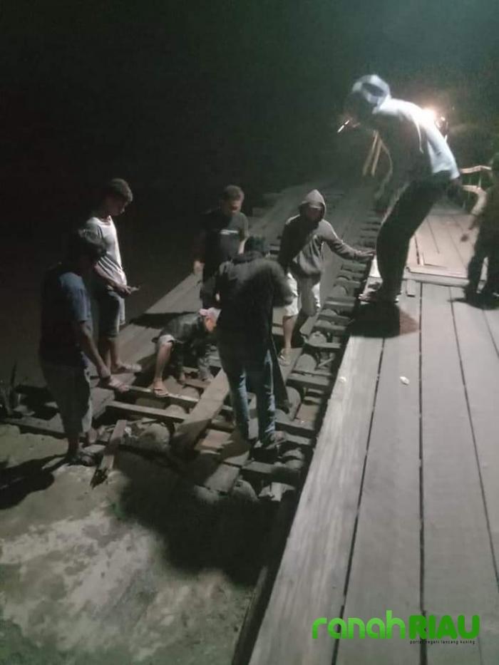 Kondisi Jempatan Penghubung Antar Dua Kecamatan Ambruk, H.Musaffak Asikin Angkat Bicara