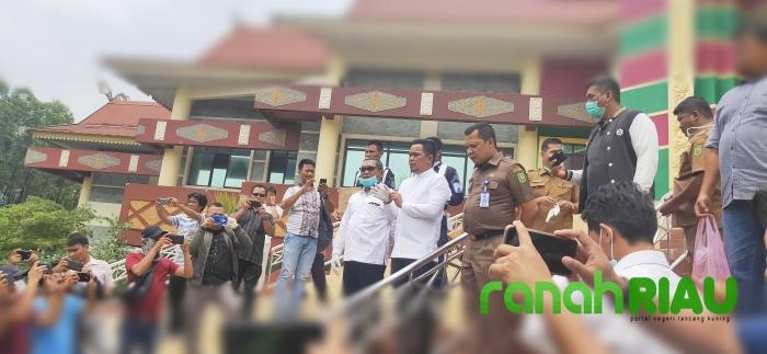 Pimpinan Bersama Setwan DPRD Riau Bagikan Hand Sanitizer Ke Ojek Online