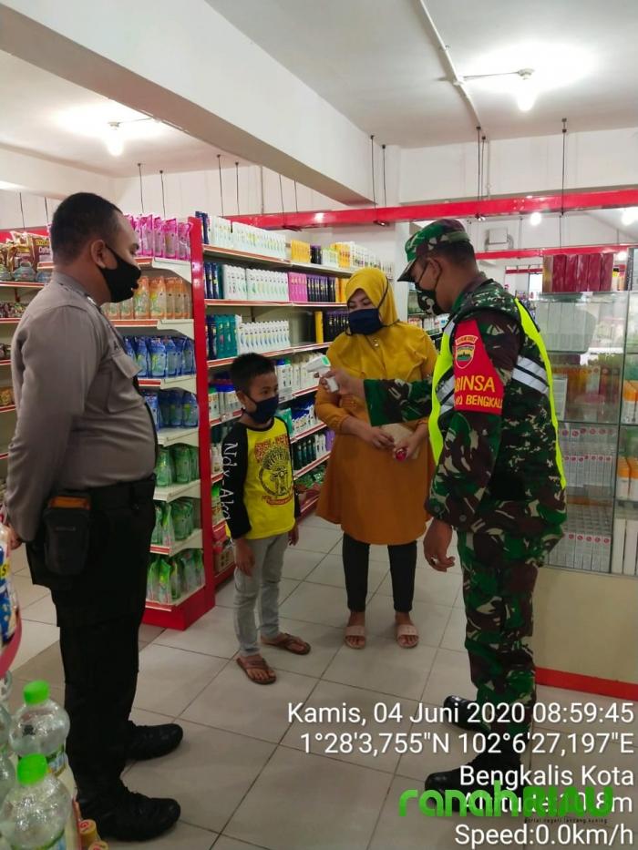 Babinsa Koramil 01 Bengkalis Beri Himbauan Warga di Plaza 88 Bengkalis