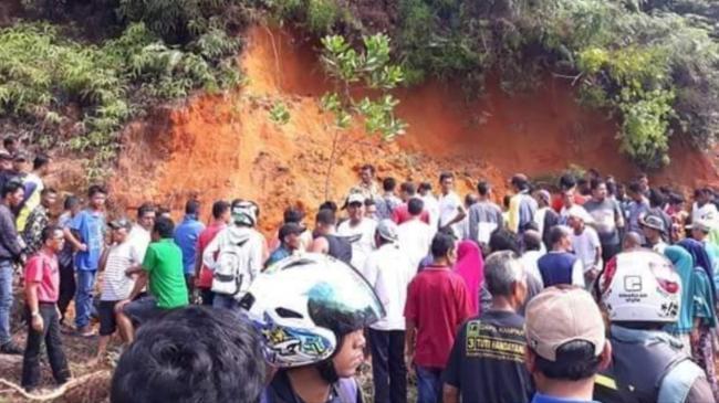 2 Orang Tewas Tertimbun Tanah Lereng Bukit untuk Perbaikan Mushalla