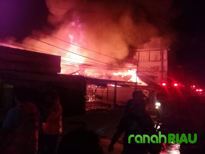 Api Membesar! Wisma Abu di Tembilahan Kota Terbakar