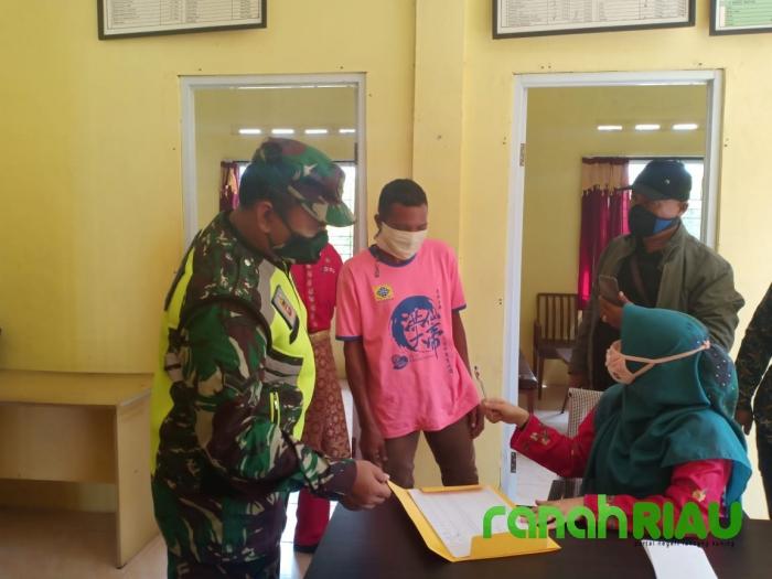 Babinsa Serda Wagianto Lakukan Pengawasan BLT-DD di Desa Suka Maju
