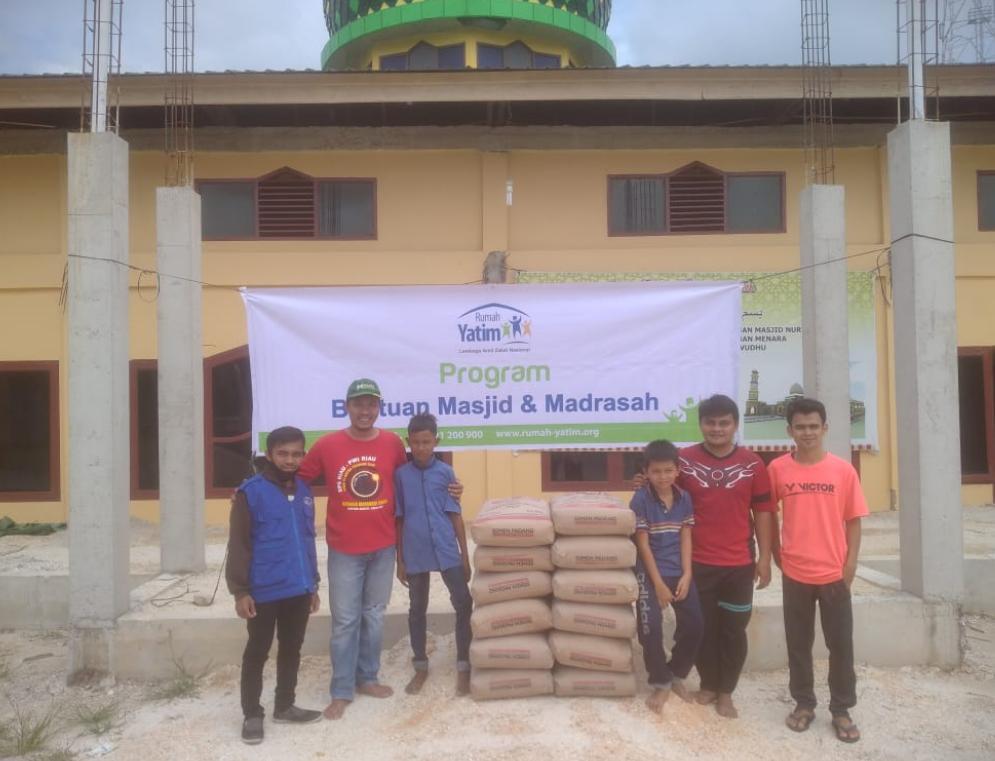 Rumah Yatim Berikan Bantuan untuk Pembangunan Masjid Nurul Huda Riau