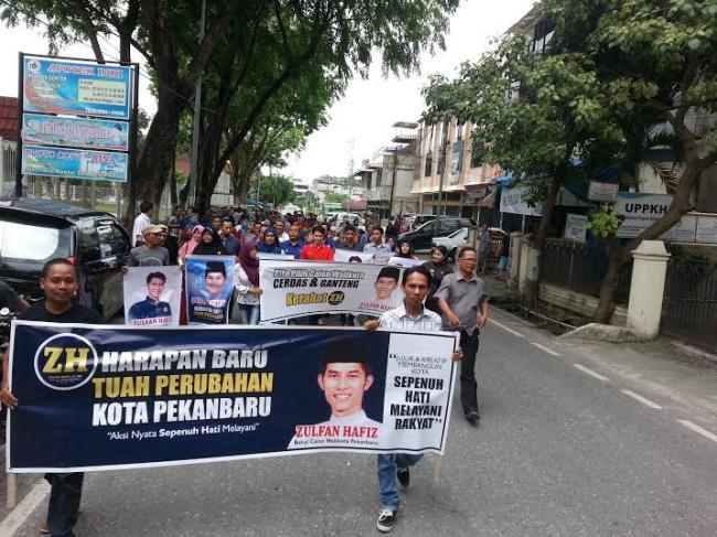 Ratusan Massa Antar Zulfan Kembalikan Formulir ke PDI P Pekanbaru