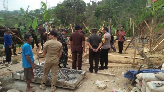 Ini Penampakan Kunjungan Danrem 081/DSJ Di Lokasi RTLH