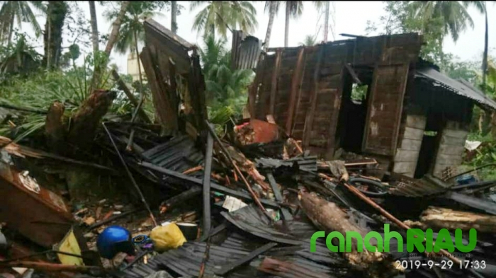 Rumah Warga Tertimpa Pohon Durian, Satu Orang Meninggal Dunia