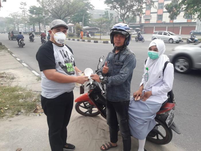PWI Riau Bagikan Masker Ke Pengendara Bermotor