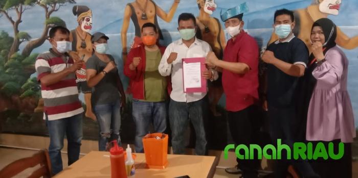 Ketua DPD PWRI Riau Serahkan Mandat Pembentukan DPC Pekanbaru