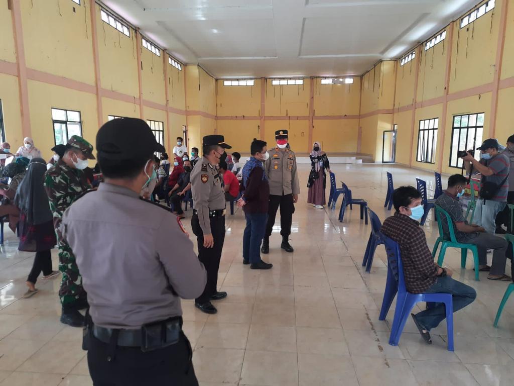 Polsek Mandau Lakukan Pengamanan Penyuntikan Vaksinasi di Gedung LAMR Duri