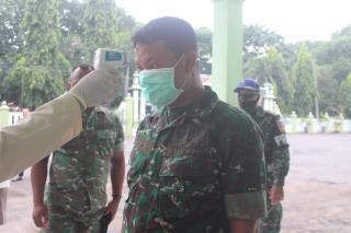 Kodim 0718/Pati melaksanakan pengecekan suhu badan kepada seluruh anggota