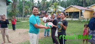 Putra Sulung H. Halim Bantu Perlengkapan Olahraga Untuk Ibu-ibu Pauh Angit