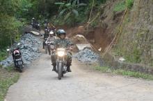 Medan Terjal, Danrem 081/DSJ Naik Trail Dibonceng Satgas TMMD