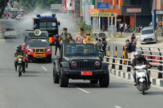 Polda Riau dan Stake Holder Melaksanakan Gerakan Memutuskan Penularan COVID-19 Melalui Penyemprotan