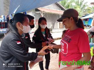 OSIS SMAN 2 Langgam bagikan masker dan sosialisasi Prokes di Pasar Langkan
