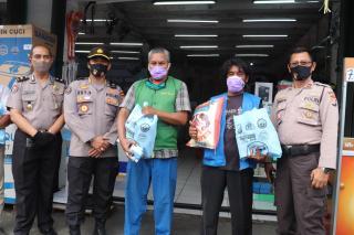 Tim Jumat Barokah Polda Banten bagikan Sembako dimasa Pandemi
