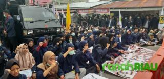 Ketua dan Wakil DPRD Bengkalis Sementara Menerima Pesan Dari Mahasiswa