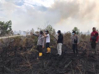 Kapolres, BPBD, TNI dan HMI Kota Dumai, Padamkan Api di Medang