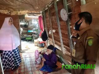 Rumah Nenek Samnah Disurvey Lurah Sungai Salak dan Kasi Trantib, ini Hasilnya