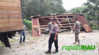 Dibangun Semi Permanen, 47 Unit Sarang PEKAT di Kuansing, Dibongkar Paksa