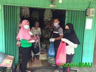 Mencegah COVID-19, Kades dan Perangkat Desa Sungai Baru Membagi-bagi Masker Kepada Masyarakatnya