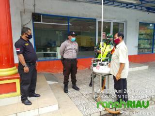 Babinsa dan Anggota Polsek Bengkalis Beri Himbauan Warga di Plaza 88