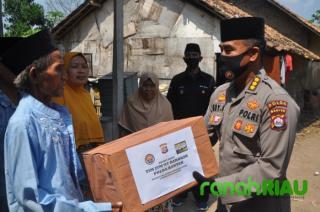 Ditengah Pandemi, Polda Banten Terus bagikan Sembako ke warga kurang mampu