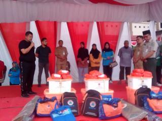 Camat Mandau Salurkan Bantuan Bupati Bengkalis Untuk Korban Kebakaran
