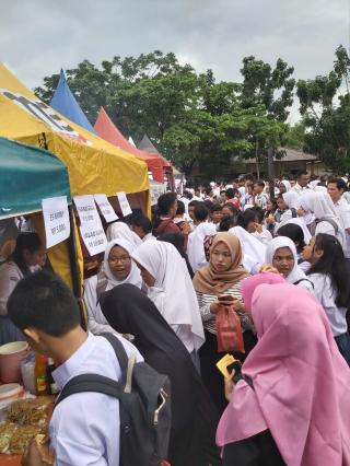 Masyarakat Serbu Bazar Amal SMAN 8 Mandau