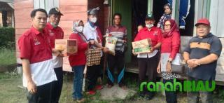Sebelum Pengukuhan DPC PWRI Bengkalis, Ketua DPD PWRI Riau Salurkan Sembako ke Warga