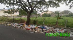 Dana Milyaran, Sampah Masih Berserakan
