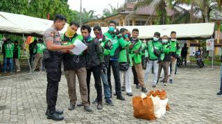 Polda Riau Bantu Masyarakat Terdampak Langsung Covid 19